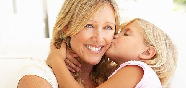 Niña besa a su madre