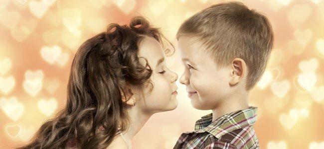 NIña besa a niño