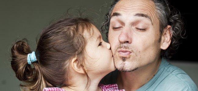 Hija besa a padre