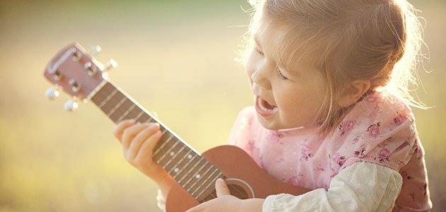 Niña canta con guitarra