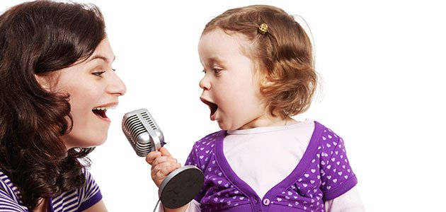 Niña canta con su madre