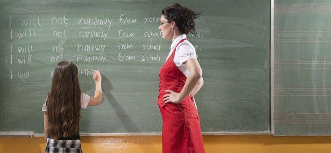 Profesora con niña castigada