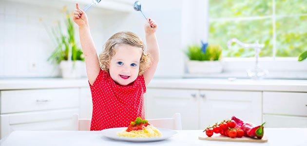 Niña come en la cocina