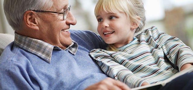 Abuelo con niña