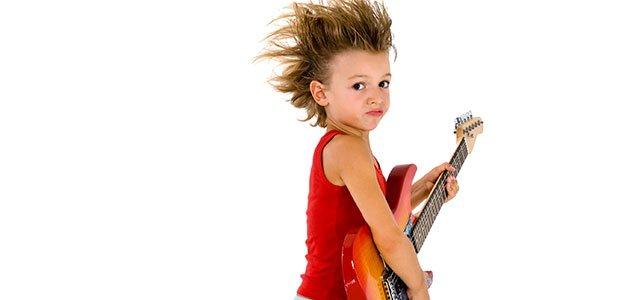 Niño con guitarra eléctrica