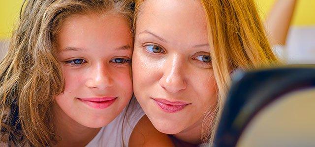 Madre e hija se miran en espejo