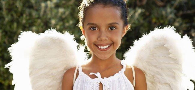 Niña disfrazada de ángel