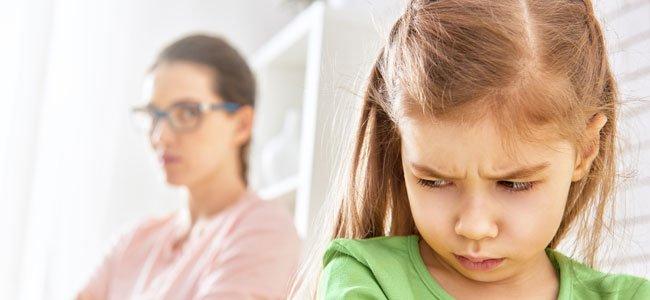 Niña mira enfadad a su madre