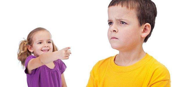 Niña se burla de un niño