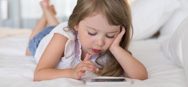 Niña juega con móvil