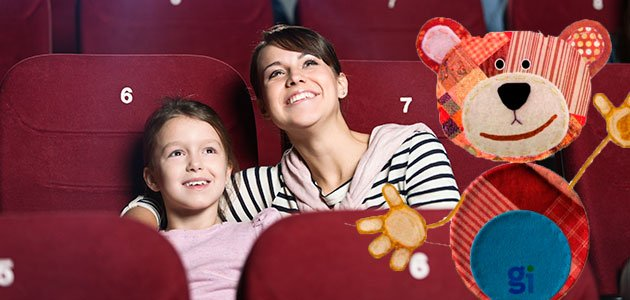 niña con madre en el cine y Traposo