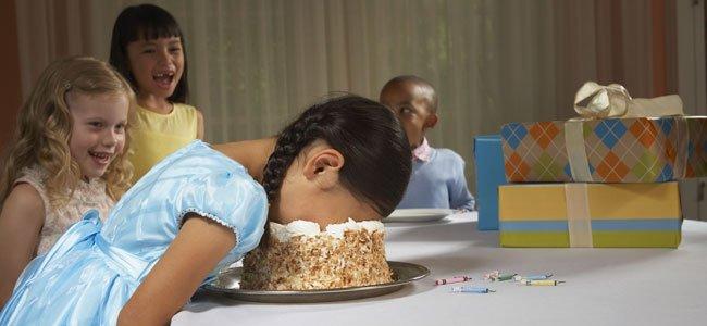 NIña  mete cara en tarta