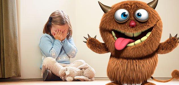 niña se tapa ojos junto a monstruo