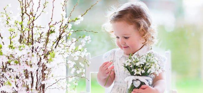 Niña mira flores