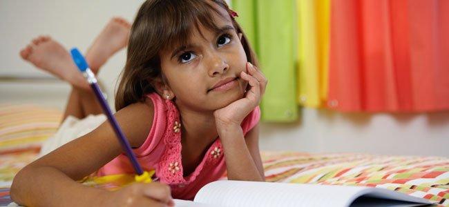 Niña escribe en cuaderno