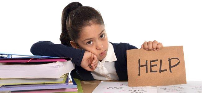 Niña pide ayuda ante un examen