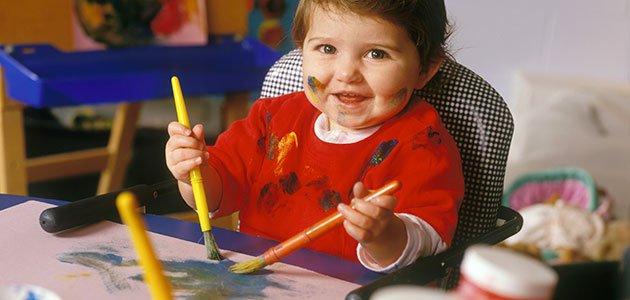 Bebé pintando con pincel