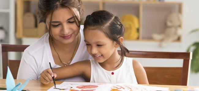 Madre enseña a dibujar a su hija