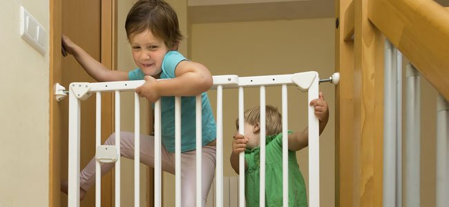 Niña quiere saltar barrera protectora