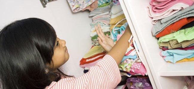 Niña organiza su armario