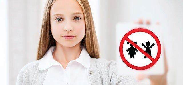 Niña con señal de prohibido niños