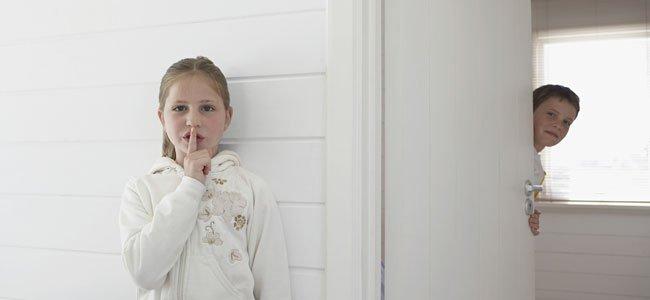 Niña pide silencio
