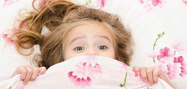 niña con miedo en la cama