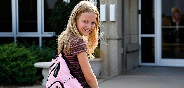 Niña va sola al colegio