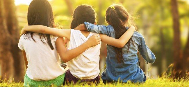 niñas abrazadas de espaldas