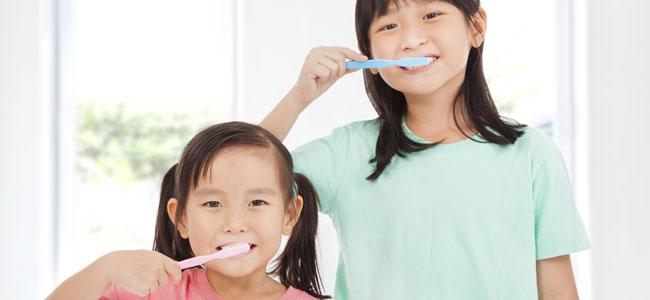 Enseñar a los niños a cepillarse los dientes según el Método Montessori