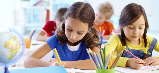 Niños escriben en clase