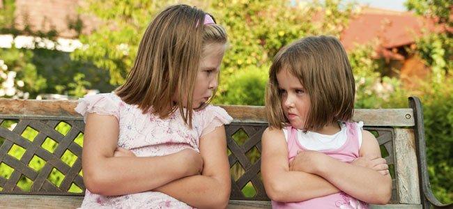 Niñas enfadadas se miran