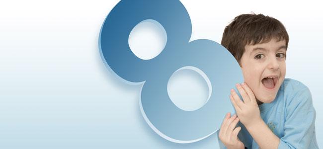 Niño con el número 8
