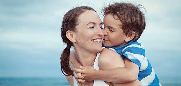 Niño besa a su madre