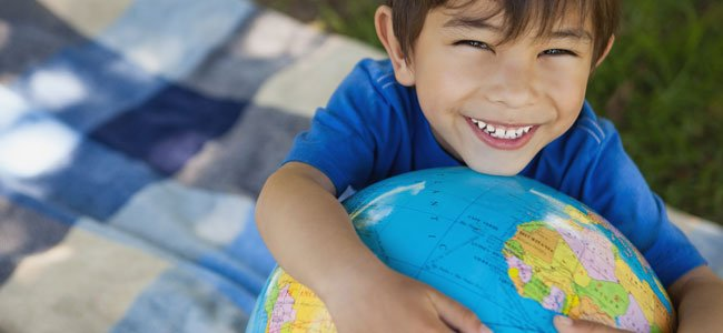 Niño abraza mundo