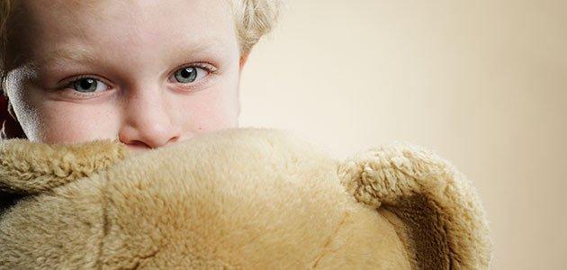 Niño abrazando a oso