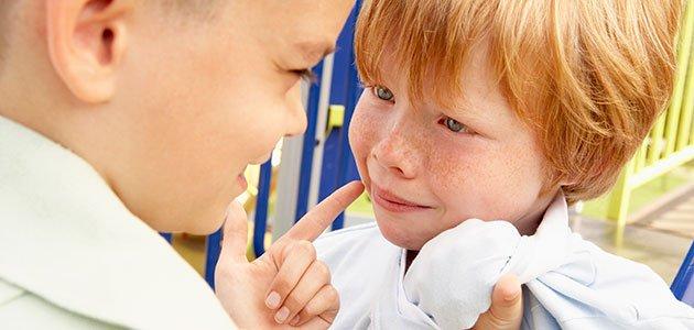 Niño amenaza a otro niño