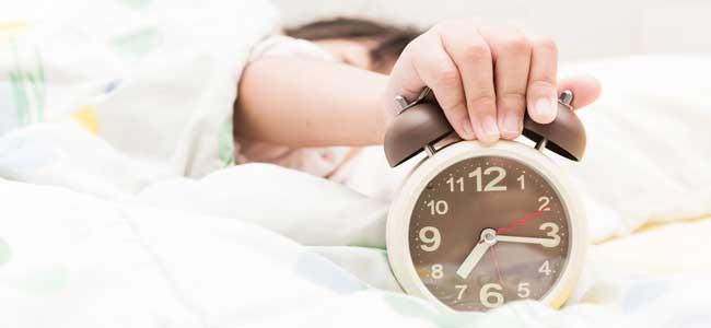 Niño apaga reloj
