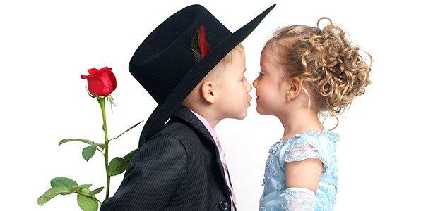 Niño besa a niña
