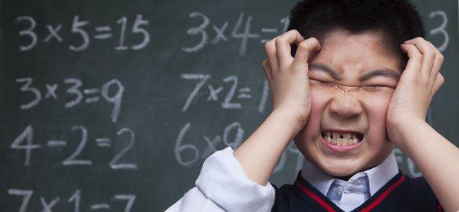 Niño sufre con matemáticas