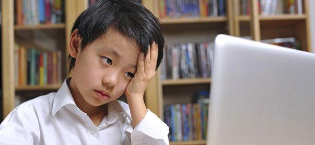 Niño responsable estudia con ordenador