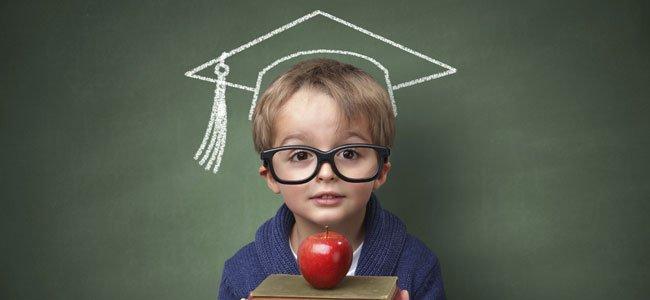 Niño con libros y gorrito escolar