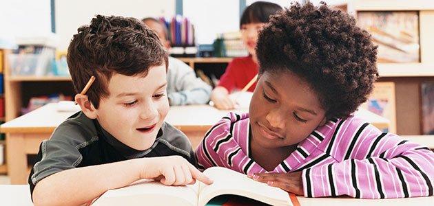 Niños leen juntos
