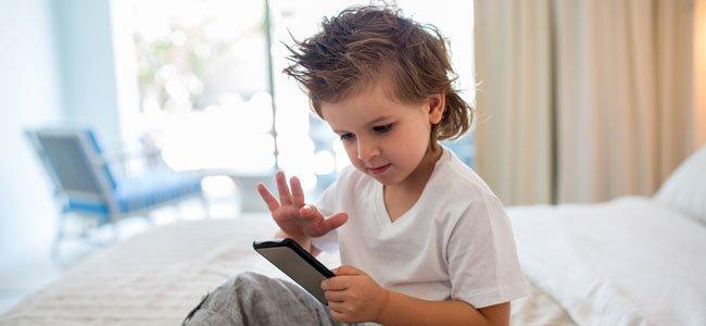 Niño con el movil