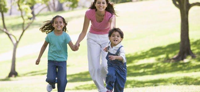 Niño corre con su madre y hermana