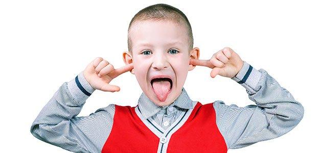 Niño se tapa oídos y hace burla