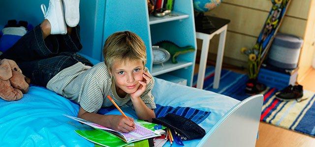 Niño en su habitación