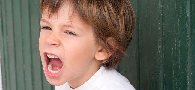 Niño grita enfadado