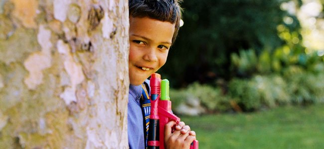 Niño jugando con una pistola de juguete