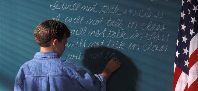 Niño escribe en pizarra